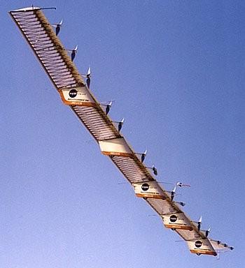 Hélios : 74,3 m d'envergure et 14 moteurs électriques alimentés par panneaux solaires sur l'aile. Dans l'encadré en haut à droite, l'impressionnante flexion de l'aile. (doc. NASA)