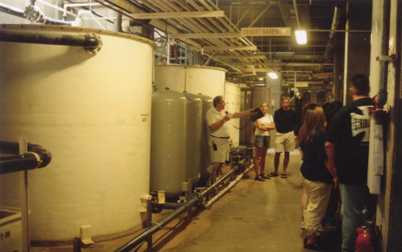 Le sous sol de Biosphère 2 : une usine de climatisation et recyclage de l'eau. Ici les cuves de condensation de l'eau du « désert » situé au dessus.  ( doc. A . Souchier)