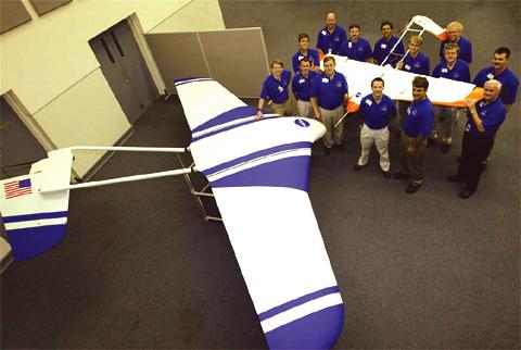 Au premier plan le véhicule ARES du Langley à l'échelle 1. Au fond à droite le vehicule à échelle un demi qui a été essayé en vol, largué depuis un ballon.(doc. NASA)