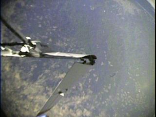 Images réelles prises lors de l'essai de largage de la maquette un demi à 31,5 km d'altitude le 19 septembre 2002. Ci dessus l'aile droite se déploie. Ci dessous le véhicule vole. (doc. NASA)