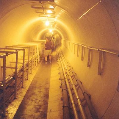 le tunnel qui conduit des bâtiments principaux jusqu'au poumon sud (doc. A. Souchier)