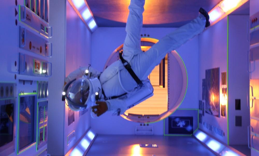 15 02 27 - 16h 33m 28s - Eurospace Center Alain en scaphandre APM Colombus tr