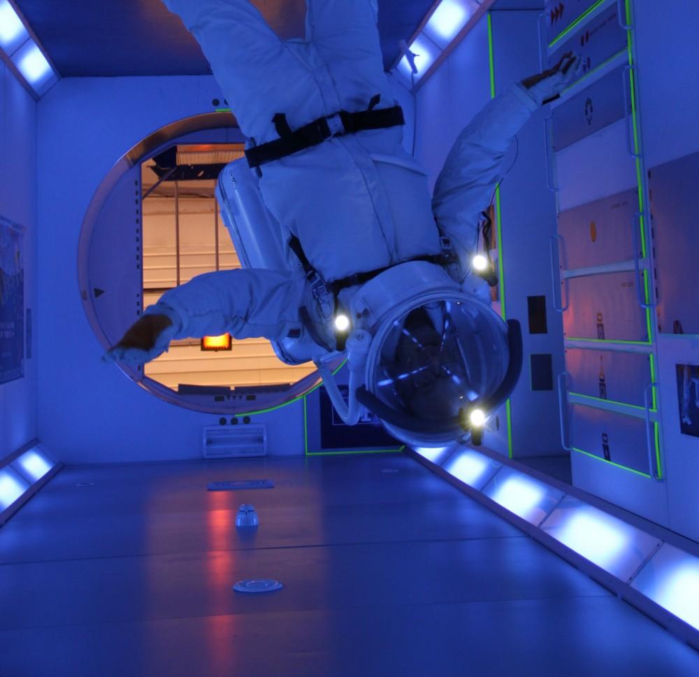 15 02 27 - 16h 34m 28s - Eurospace Center Alain en scaphandre APM Colombus  tr