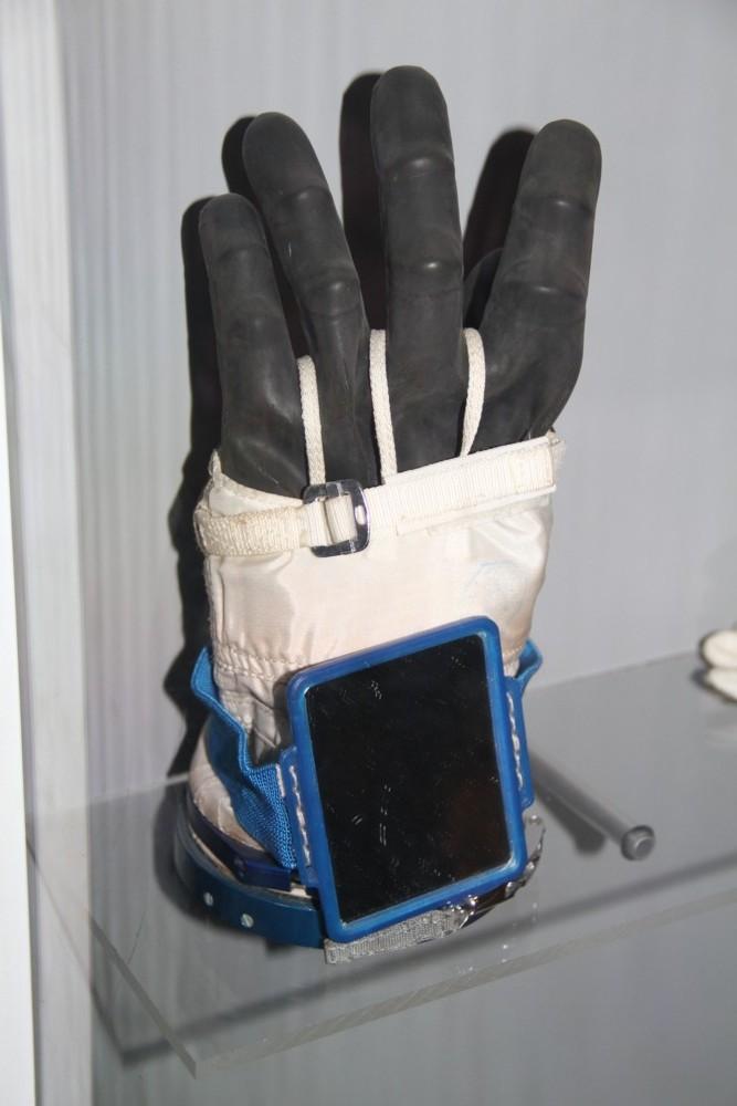 15 02 28 - 09h 21m 20s - eurospace center gants scaphandre r