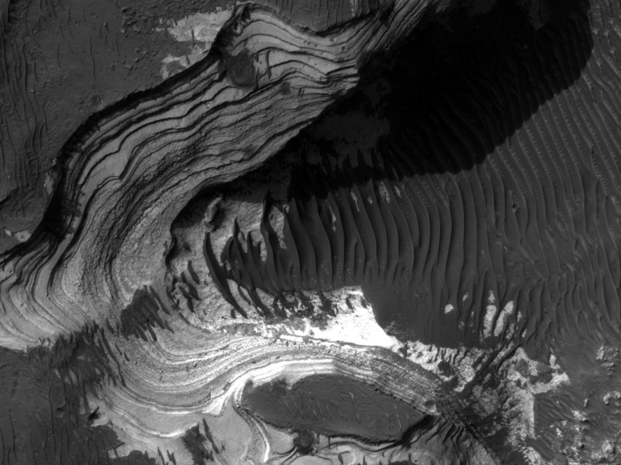 Sedimentary terraces, dune fields and cliffs: Mars is not only made up of desert plains, as the careful choice of landing sites for automatic probes may lead to think. (doc. NASA/JPL)