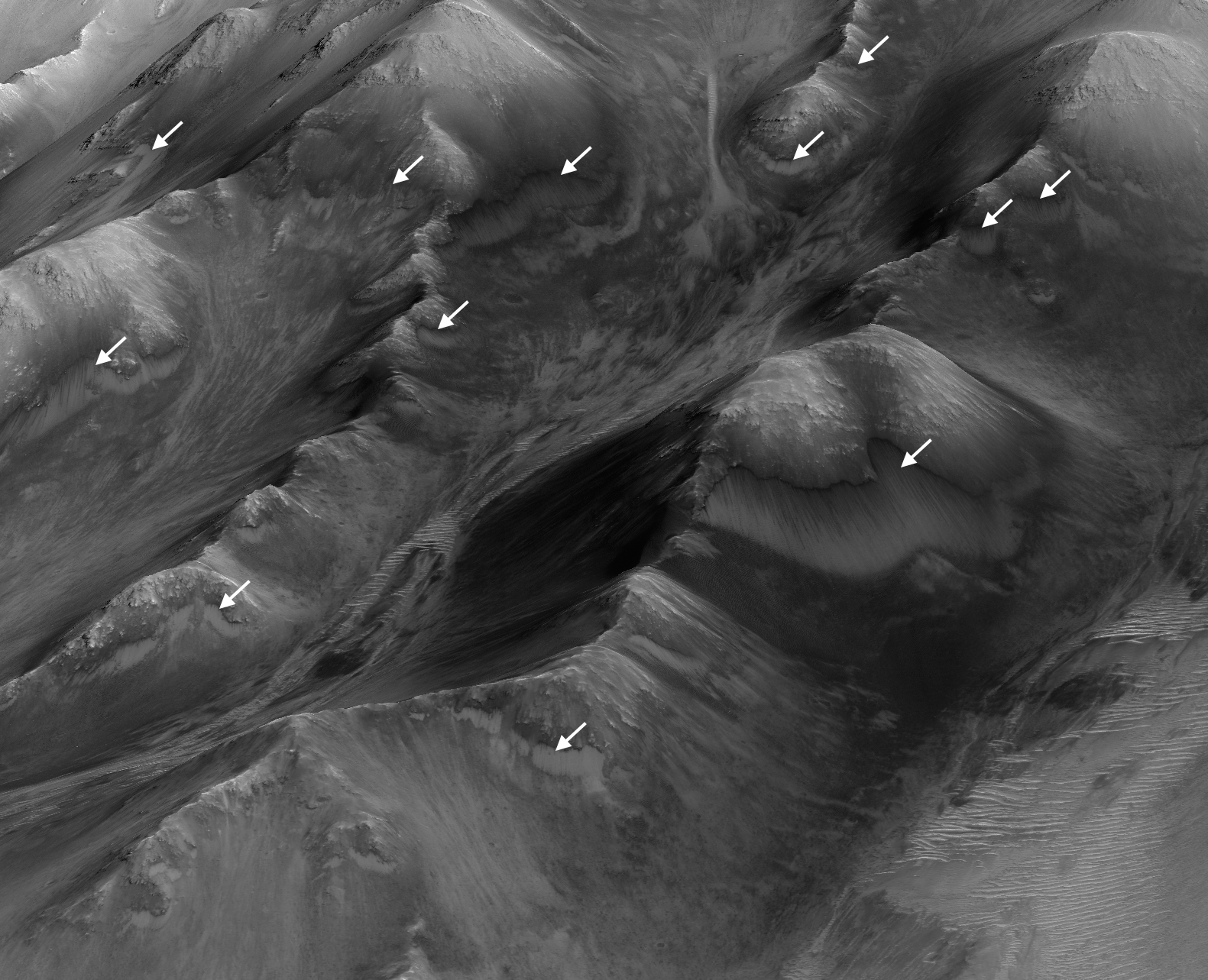 rsl-slope-lineae-water-mars-orbiter-coprates-montes-hirise-pia20757-full