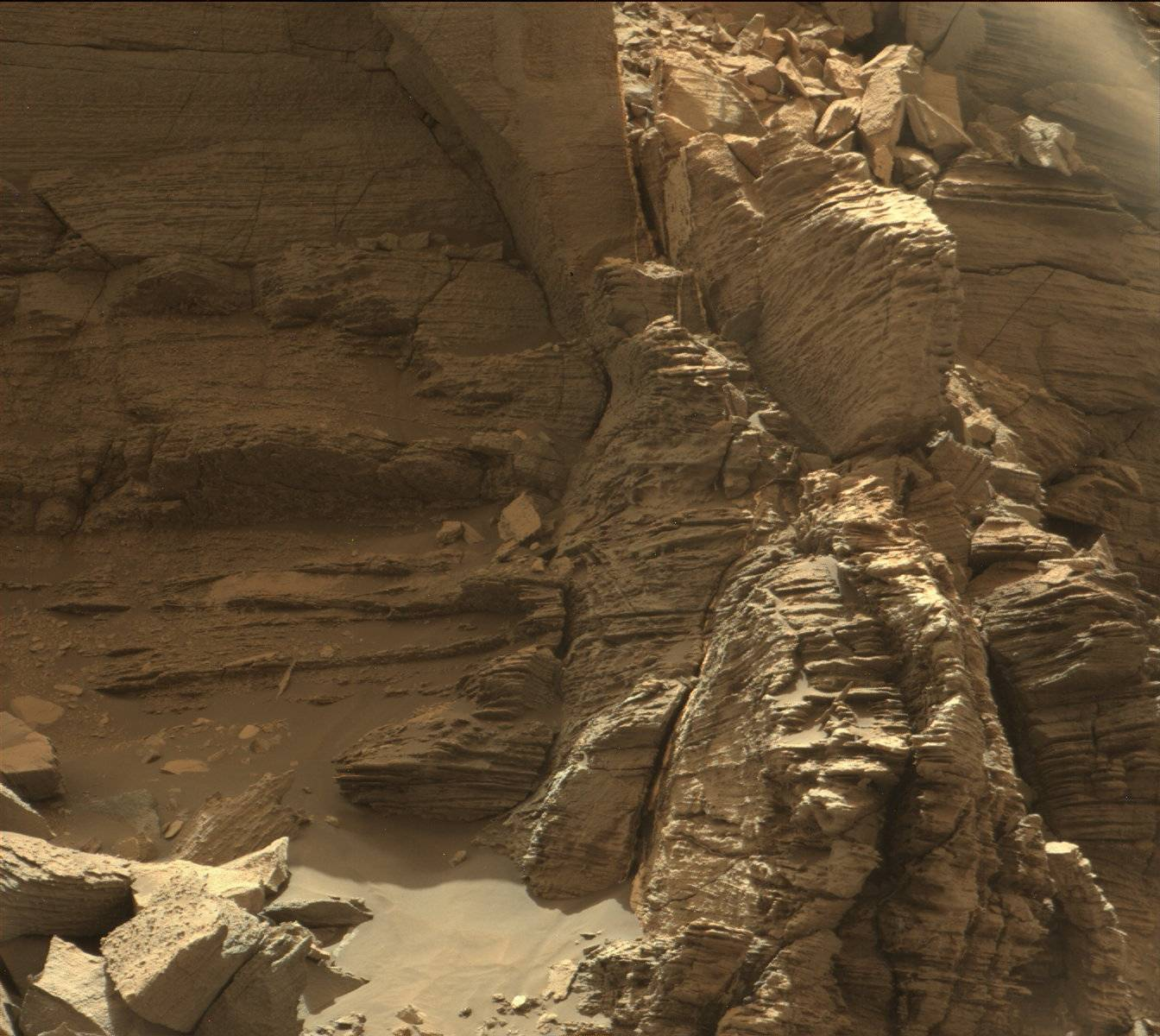 16-09-08-mars-curiosity-rover-msl-rock-layers-pia21044-full