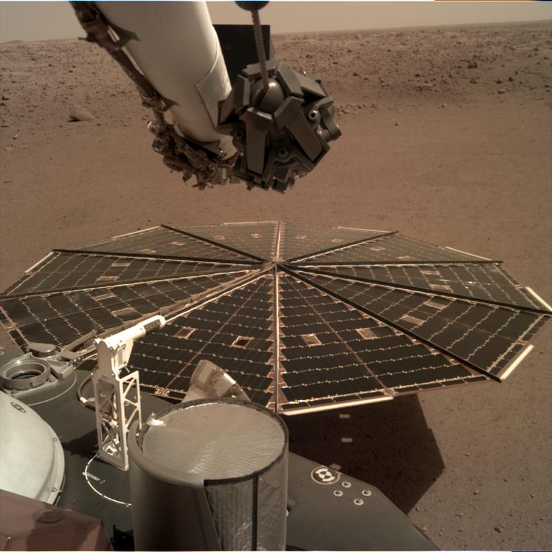 L'un des panneaux solaires d'InSight, d'une largeur de 2,2 mètres, a été photographié par la caméra de déploiement d'instrument de l'atterrisseur, qui est fixée au coude de son bras robotique. Crédits: NASA / JPL-Caltech